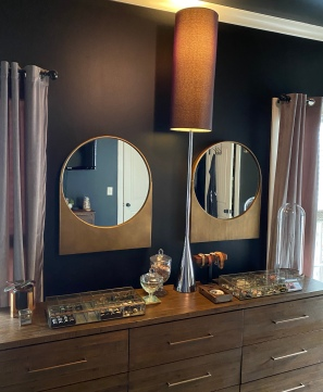 round_mirror_in_use